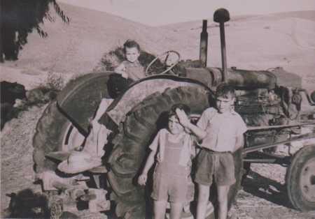 Raymond et Georges CARTEAUX Olga CARTEAUX sur le tracteur