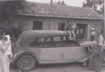 CHASSERIAU, devant chez Noura ---- Jeanne CARTEAUX avec Georges CARTEAUX dans ses bras sur la voiture : Raymond CARTEAUX Paul CARTEAUX Pierre CARTEAUX