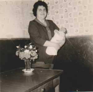 Mai 1964 Yvonne XICLUNA avec un de ses petits enfants