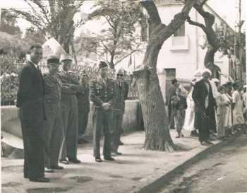 Roger TRAVAILLON  (Maire de DUPLEIX) avec des officiers du 22 RI