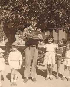 Pierre NEDELEC les enfants NEDELEC  (Pierre et Yves) Les enfants FEREDJ et d'autres sous un bellombra de  l'Ecole Maternelle