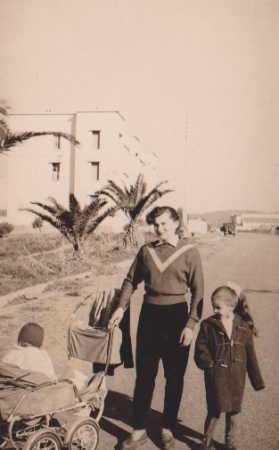 Marie RIGAL avec ses enfants  devant la Gendarmerie du GUELTA