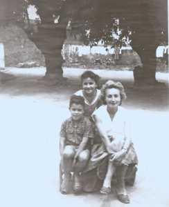 1959 Roland FEREDJ Sylvie FEREDJ Huguette FEREDJ   sous le bellombra de  l'Ecole Maternelle