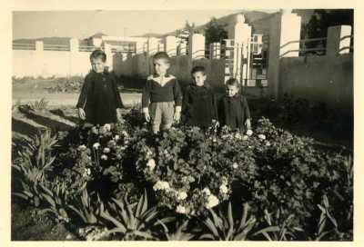 1955 - dans le jardin  avant de la Gendarmerie