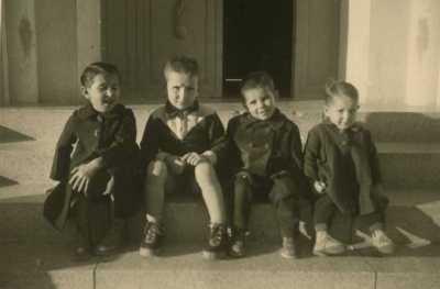 1955 - sur le perron  de la Gendarmerie