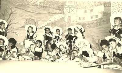 Concert des Ecoles Maternelles le 22.06.1955 ---- Devant la porte de la ferme : Jocelyne KELLERMANN