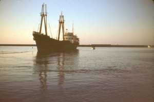 """Le 1er cargo """"VILLE de TENES"""" dans le bassin du port"""