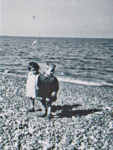les 2 cousines  Maryse MARCOT(blonde) et Paule DUPLEIX