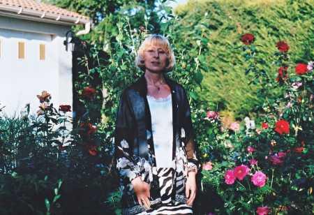 Brigitte MELERO 2001 dans son jardin