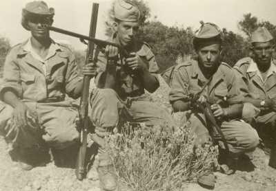 Commando du Vieux TENES Les Harkis de la Famille MIRAOUI ---- Ali MIRAOUI avec le fusil