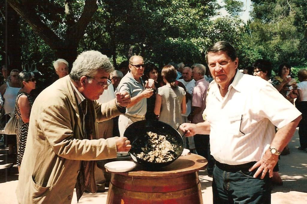 Miloud en train de compter les restes de la Sardinade Jocelyn SERIOT