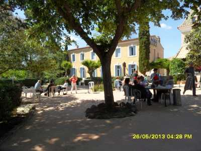 Domaine de LA VIERE Le parc et au fond la salle de restaurant
