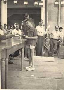 Remise des Prix en 1955 Jean Marie WERY Derriere : Mrs FEREDJ, FICHET et SALA au MICRO