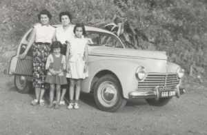 1956 - villa Paulette Colette SALA sa soeur ses filles et la 203 familiale