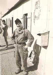 Guy PONS devant les baraquements