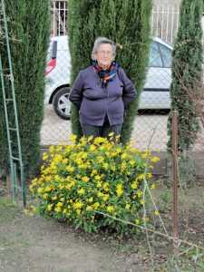 13 Janvier 2012 Arlette SUIRE dans son jardin