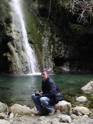 Majid DERAMCHIA pensif au pied de la cascade de Taragnia