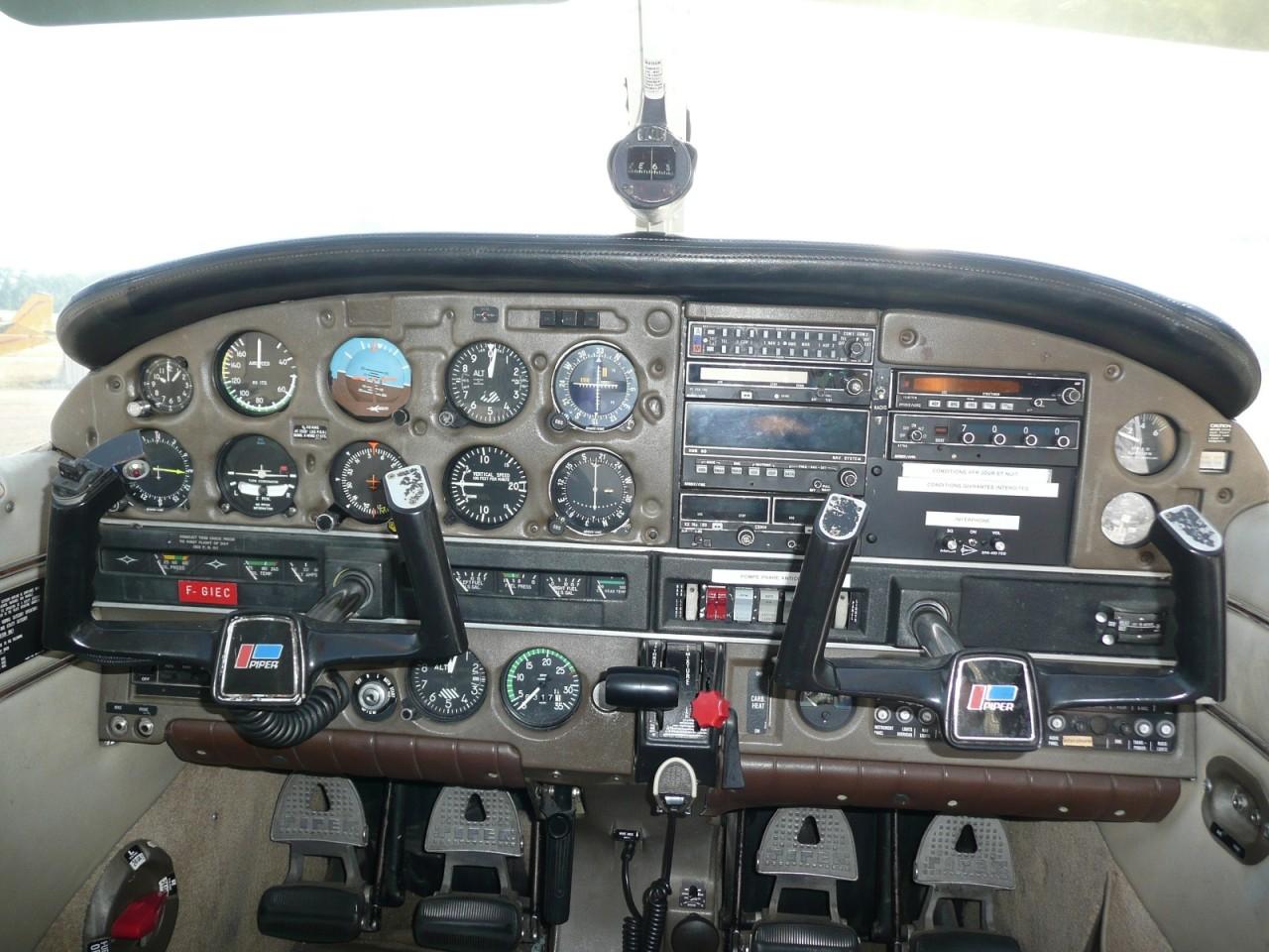 Poste de pilotage d'un PIPER PA28 Archer II