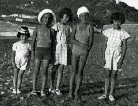 """Sur la plage de TENES Nicole MASSELOT (famille VAUGIEN) Jean MASSELOT (famille VAUGIEN) Micou GARISSON Gabrielle CHABERT """"Gaby"""" Colette CHABERT"""