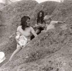 Michelle VICIDOMINI en 1972 (23 ans)  avec ses trois enfants   Aline, Yves, Mathias