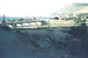 TENES en 1962/1963 ---- l'Oued Allala, le pont et le port au loin