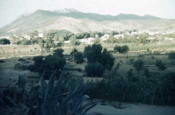 TENES en 1962/1963 ---- descente vers le pont vue sur la route de cherchell et le cap au fond