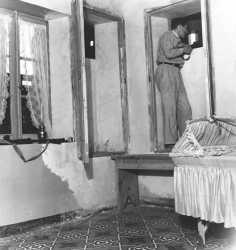 1955 - En Kabylie  Un garde forestier en faction chez lui