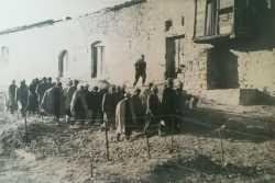 1957 - Bordj de BENI MANSOUR Groupe de fellaghas prisonniers revenant des toilettes