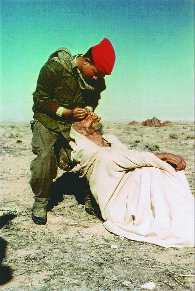 1959 - Oglat Troudi Nomades Chaouias le Moghazni Salah traite un trachome