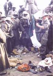 7 novembre 1956  Djebel BOU-KAHIL Sergent BOILEAU qui regarde un drapeau FLN saisi