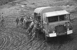 un camion dans la boue