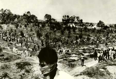 BIZERTE - Les Tunisiens enterrent leurs morts