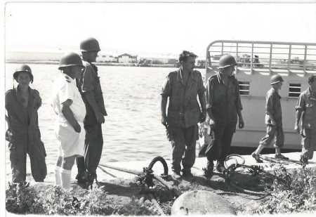 Militaires de la base de Bizerte sur l'un des quais du port.