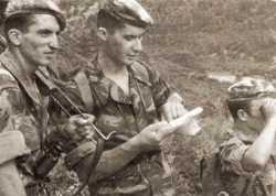"""Commando de Chasse P40  du 1er RTA en kabylie (LODI) au cours  du plan """"Challe"""" Source ECPAD ---- Lieutenant Jacques DEZAUNAY au centre"""