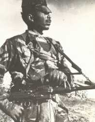 "Commando de Chasse BOUTAIBA  dit ""Nyaun"" avec sa mitrailleuse AA52"