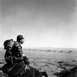 Sergent chef Robert CAILLAUD, face au grand erg du sahara septentrional Photo sergent chef Arthur Smet