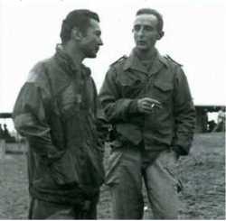 Le Capitaine de Vaisseau DELAYEN  en discussion avec le Lieutenant de Vaisseau RUYNEAU de ST GEORGES en 1959 ---- source site DBFM