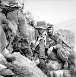 Fusiliers marins lors d'une fouille de caches  dans le djebel Nador (sud de Tlemcen) en juin 1957  Photo Bouchenoire. Origine : SCA-ECPAD.