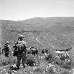 Patrouille dans le djebel Nador.  Photo Bouchenoire. Origine : SCA-ECPAD.