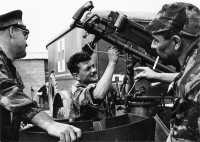 "Installation d'un canon MG 151 sur la 2 CV ""jules""."