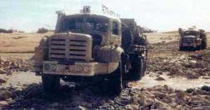 Un Berliet transportant 3 Jeeps entre REGGANE et COLOMB-BECHARD