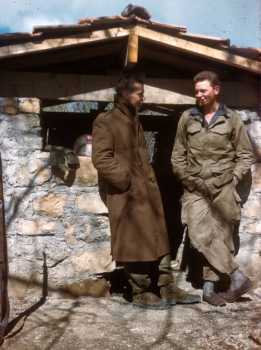 Pose devant le poste en 1962. A droite Michel BARBE