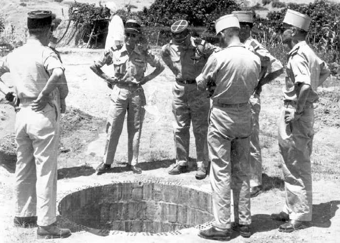 Construction d'un puits  dans un village de regroupement