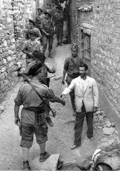Patrouille dans un village