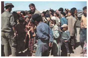 Alpins en 1960 avec des villageois d'Iferhounene